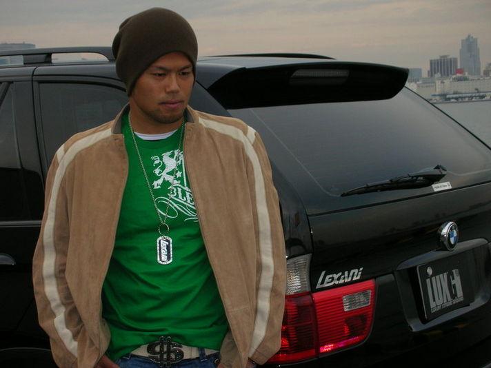 今江選手が着ているのはUS限定品のLEXANI Tシャツ。LEXANIのDOG TAGもつけて、さらに愛車には自らLEXANIステッカーも貼って、すっかりLEXANIファンになっちゃいました!<Tシャツ&DOG TAGの販売予定はございません>
