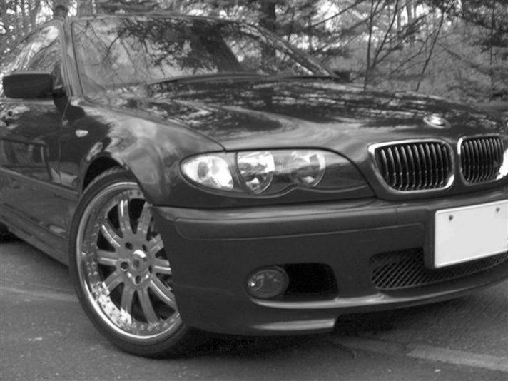 こちらもモノクロで撮影。BMWのアグレッシブな表情とクロームメッキの輝きを持つ美しいホイールが絶妙なバランスで、ルックスをさらに引き締めます。