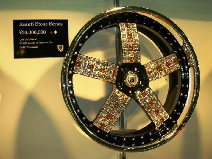 こちらでの注目商品は、なんと言っても「4本で3,000万円!」のジルコニアつき超豪華バブリーホイール!ASANTI AFS101の24インチ。4本で63,000カラットのジルコニアを埋め込んだ贅沢さ。
