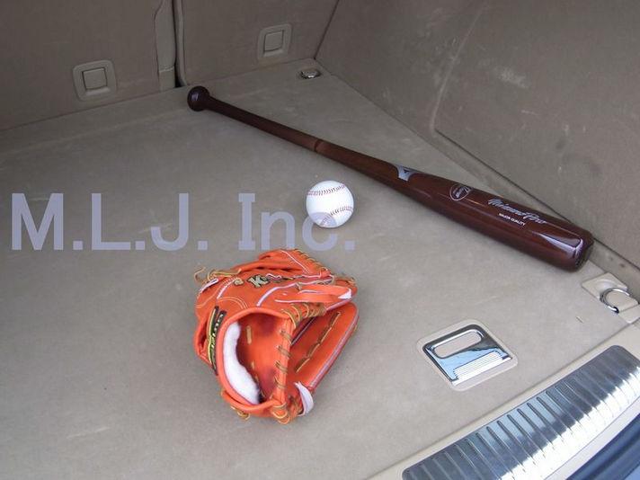 リアのラゲッジスペースに練習用のバットとボールとグローブ発見!いっぱい練習したし、今年の活躍間違いなしでしょう!!